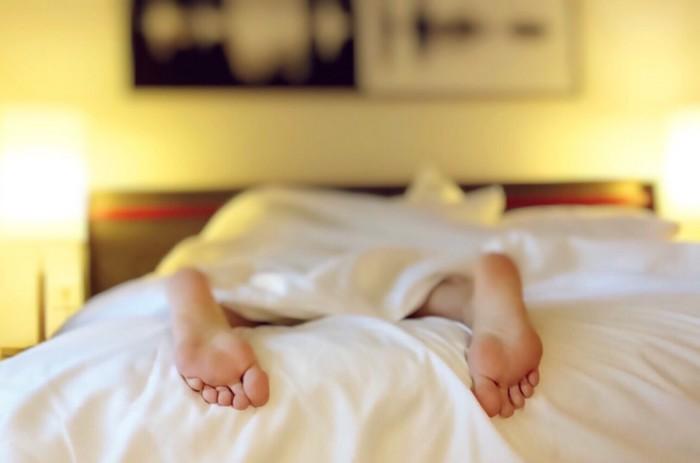 sleeping_tired_bed_feet-658910